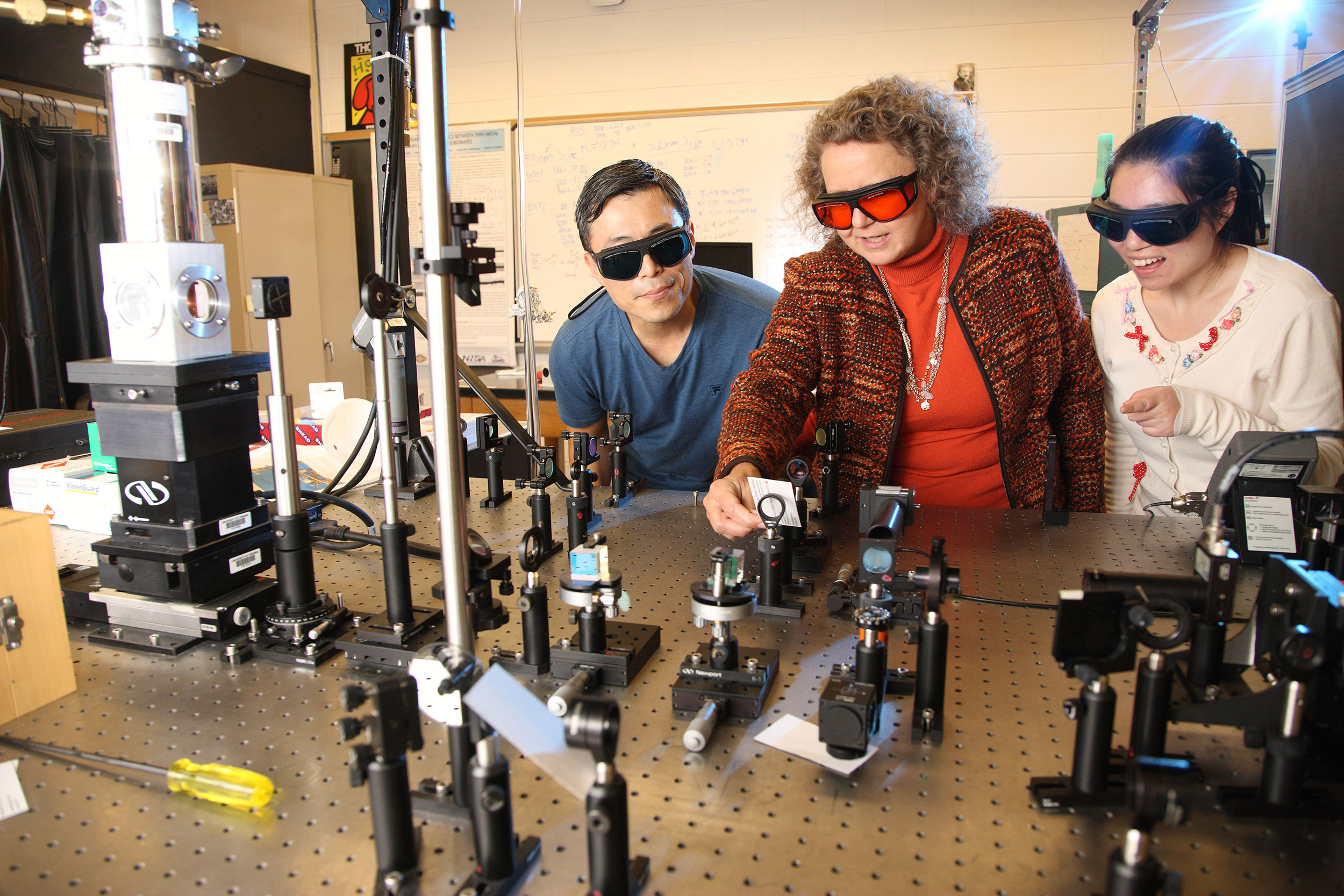 Pam Norris, center, in the lab with Ph.D. student Jong Ho Sonn, left, and postdoctoral researcher Lin Qiu.