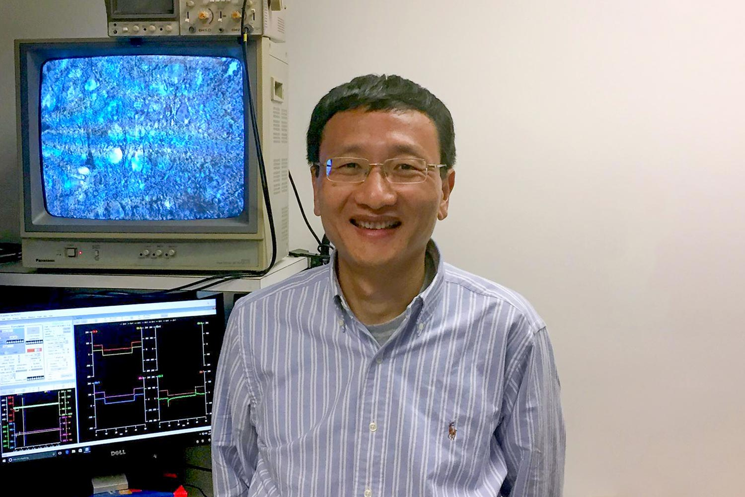 J. Julius Zhu of the Department of Pharmacology and colleagues found a way to capture the minuscule molecular reactions that can determine a disease's severity.