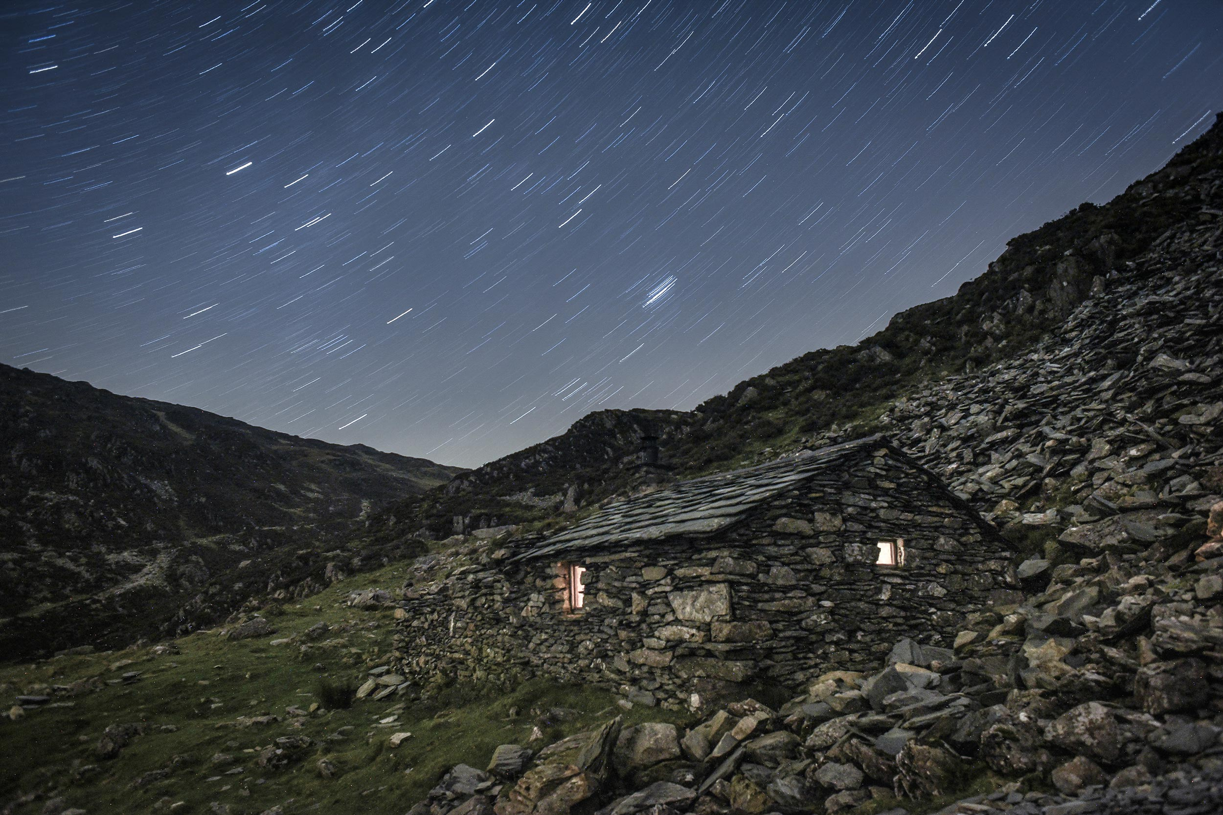 Warnscale Head bothy in England's Lake District at night.