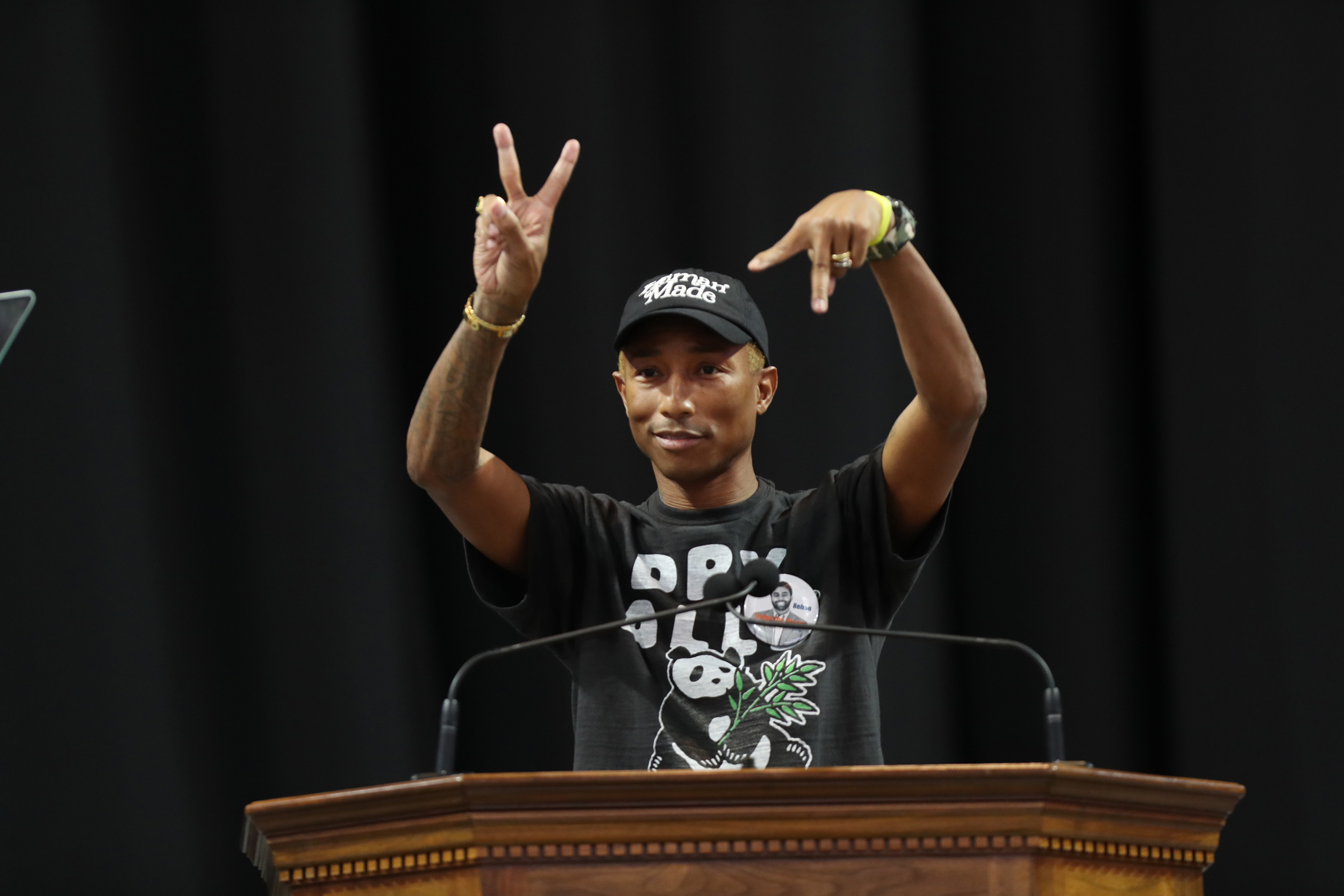Williams, making the hand gesture for the state of Virginia. (Photo by Dan Addison, University Communications)